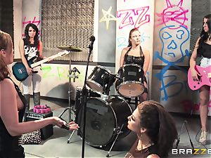 Mean rock whores Bonnie Rotten and Tory Lane