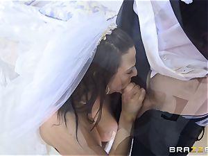 hard-on thirsty bride Simony Diamond