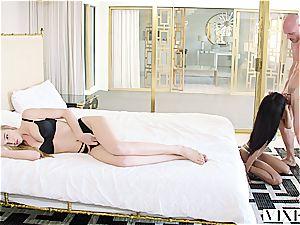 Kendra Sunderland enjoys threesome